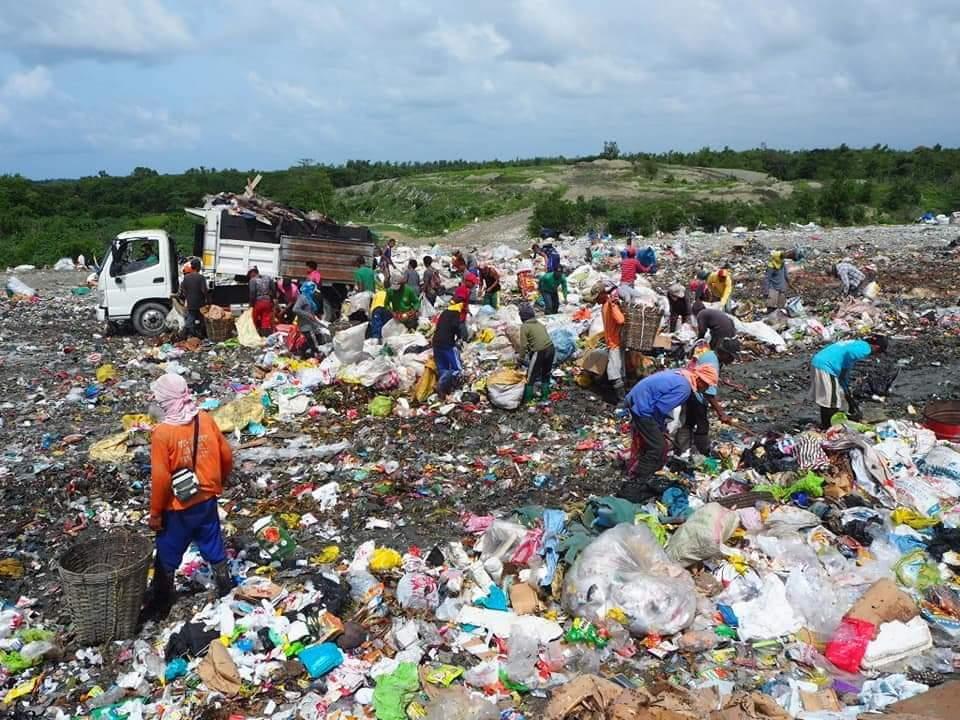 フィリピンのゴミ山で生活する人々