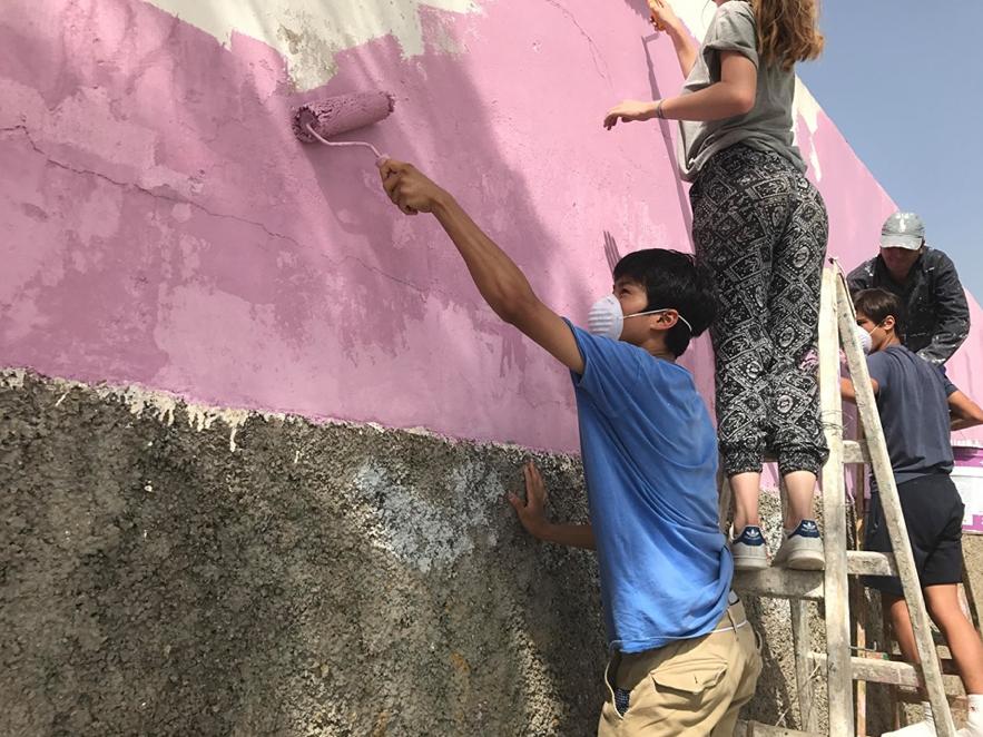 「伊藤」施設の修復作業中の写真